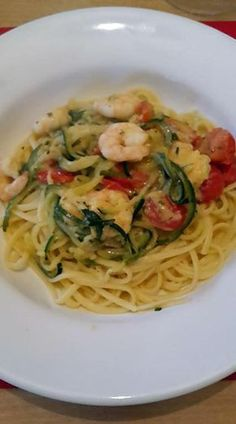 Zucchini spaghetti with tomatoes and shrimps - shrimp Shrimp Risotto, Diet Recipes, Healthy Recipes, Healthy Food, Zucchini Spaghetti, Pasta, Dessert Drinks, What To Cook, Cherry Tomatoes