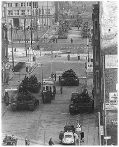 Checkpoint Charlie. een van de spannendste momenten tijdens de koude oorlog. De SU en de SV staan bij de aan een kant bij de grens van het IJzerengordijn