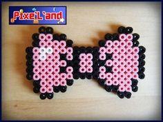 Noeud Papillon en perles Hama Noeud Papillon Pixel art réalisé en perle Hama. Disponible en plusieurs coloris Taille : 5cm x 8,5cm  *Pensez à la customisation de votre Pixel art !! : Porte clé, aimant, cadre, pot etc...*