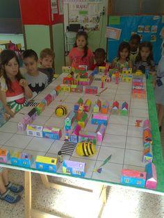 Escola Vedruna Balaguer, des de l'espai del SE La Noguera http://roboticaescolesnoguera.blogspot.com.es/2015/05/les-bee-bots-van-de-botigues-vedruna.html