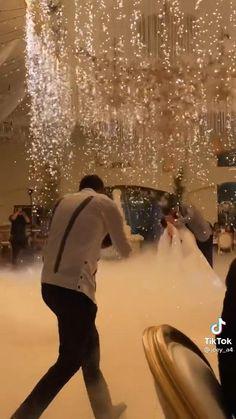 Night Wedding Decor, White Wedding Decorations, Desi Wedding Decor, Romantic Wedding Decor, Glamorous Wedding, Royalty Wedding Theme, Sparkle Wedding, Gold Wedding, Indian Wedding Video