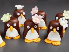 Pinguin-Schokoküsse A sweet treat for a carnival or children's birthday: chocolate kisses dressed as penguins. Dessert Halloween, Chocolate Marshmallows, Chocolate Kisses, Party Buffet, Snacks Für Party, Food Decoration, Food Humor, Baby Party, Cute Food