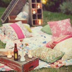 Pique-nique dans le jardin avec photophores plaids et coussins. été, summer