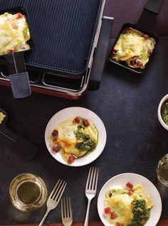 Recette de Ricardo de raclette de raviolis à la crème Raclette Fondue, Raclette Cheese, Raclette Party, Ravioli, Omelette Legume, Pork Recipes, Cooking Recipes, Lemon Sauce, Fresh Herbs