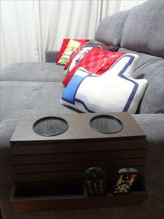 Bandeja esteira para braço de sofá é ótima para deixar os controles remotos organizados e apoiar copos.
