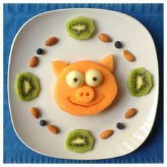 Todos sabemos la importancia de las frutas y los vegetales en cada persona, pero aun mas en los niños aqui les dejo divertidas forma de prep...