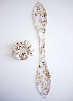 The Hemming- Scrap Fabric DIY Bow Scrunchie Tutorial. The Hemming- Scrap Fabric DIY Bow Scrunchie Tutorial. to make scrunchies tutorials Diy Hair Scrunchies, Diy Hair Bows, Diy Bow, How To Make Scrunchies, Fabric Hair Bows, Fabric Headbands, Sewing Headbands, Fabric Bow Tutorial, Tutorial Sewing