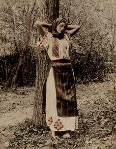 1913, Romania , Urlati Romanian Gypsy, Romanian Women, Iron Age, Old Photos, Girl Photos, Romania People, Gypsy Women, Fashion Illustration Vintage, Girls Uniforms