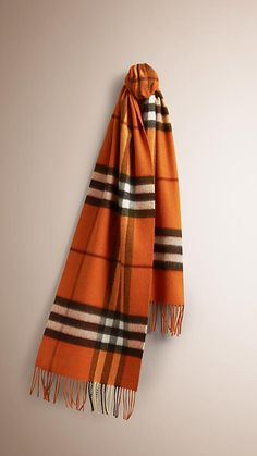 5b1ffc58042f 64 meilleures images du tableau Burberry scarves   Burberry scarf ...
