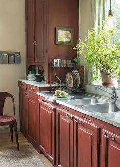 love this dish drying rack. Kitchen Dishes, Kitchen Dining, Kitchen Decor, Kitchen Cabinets, Kitchen Ideas, Swedish Cottage, Nordic Home, Dish Racks, Scandinavian Furniture