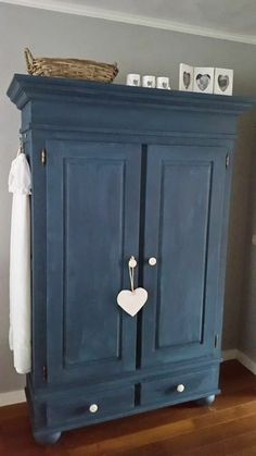repeindre-un-meuble-en-bois-exemple-armoire-vintage-bleu-marine-style-vintage-rustique-parquet-en-bois-mur-couleur-grise. Shabby Chic Furniture, Painted Furniture, Furniture Makeover, Home Furniture, Diy Kleidung Upcycling, Home Staging, Home Furnishings, Sweet Home, House Styles