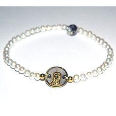 6c8beb6baa11 Pulsera elástica de perlas blancas con medallita de plata de primera ley  chapada en oro amarillo