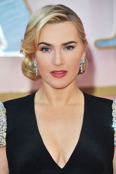 Kate Winslet evokes classic glamour with this lovely look.