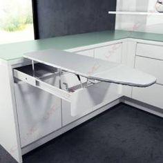 Table à repasser escamotable à encastrer dans un élément de cuisine