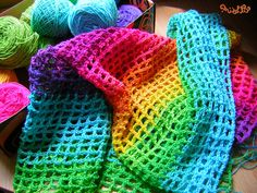 Alma Mishto :  Cortina arcoiris en punto red Love Rainbow, Blanket, Knitting, My Love, Rainbows, Colors, Ideas, Bed Covers, Blinds