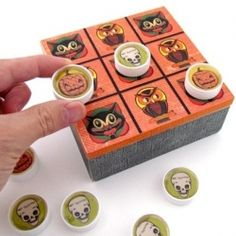 Use a wood box and bottle lids to create this unique Halloween tic tac toe craft. Kids will have so much fun with this Halloween game! Halloween Crafts For Kids, Easter Crafts For Kids, Vintage Halloween, Halloween Diy, Diy For Kids, Holiday Crafts, Craft Kids, Holiday Games, Halloween Decorations