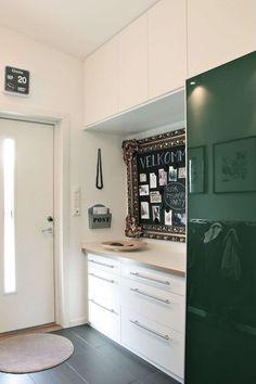 Lys og praktisk gang med oppbevaring og oppslagstavle. Entrance Ways, Kitchen Cabinets, Vanity, Inspiration, Home Decor, Terraced House, Kitchens, Dressing Tables, Biblical Inspiration
