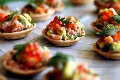 Menu-de-Noel-original-pour-20-personnes-tartare-de-saumon-avocat-baies-roses