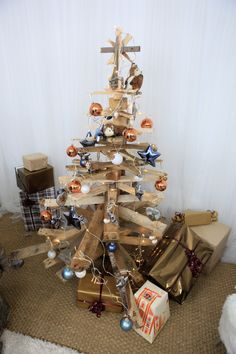 Le DIY de @thomaslecointe spécial Noël : un sapin en palettes ! #diy #tevadeco #sapin #noel