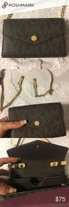 Michael Kors cross body /clutch purse This Cross body can be worn with or without the strap. ✔️perfect condition. Michael Kors Bags Crossbody Bags