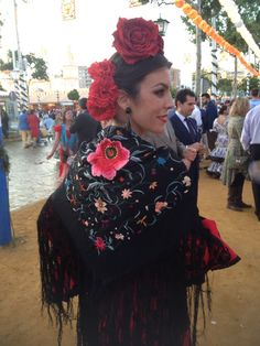 #Flamenca con antiguo mantoncillo negro bordado en colores
