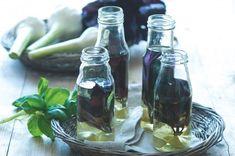 (na rychlou spotřebu) Bazalkový olej s česnekem.  Hodí se do salátů, ale i k oživení pokrmů z drůbežího masa a ryb. .....Ingredience  • 3 velké hrsti lístků červené bazalky, • 500 ml extra panenského olivového oleje, chuťově jemného, • 1 lžíce citronové šťávy, • 5 stroužků česneku, oloupaných Pesto, Cucumber, Food, Essen, Meals, Yemek, Zucchini, Eten