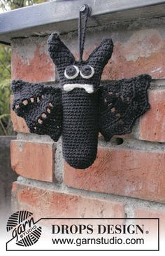 """Mr. Fang - Halloween DROPS: Murciélago DROPS en ganchillo, en """"Cotton Merino"""". - Free pattern by DROPS Design"""
