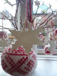 I dag er det tredje søndag i advent ogal den fine julesne er regnet væk, men heldigvis har jeg hvide snefnug indendøre i stedet.  ...