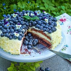 En sagolik tårta. Härligt syrlig och somrig med smak av både blåbär och vit choklad. Candy Recipes, Baking Recipes, Dessert Recipes, Bagan, Easy Birthday Desserts, Grandma Cookies, Homemade Pastries, Different Cakes, Pudding Desserts