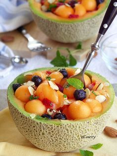 Healthy and refrsehing Melon Fruit Bowls. They'd be great with breakfast, as a snack, or even as a dessert. Healthy Desayunos, Healthy Summer Snacks, Fruit Recipes, Cooking Recipes, Detox Recipes, Yummy Recipes, Diet Breakfast, Love Food, The Best