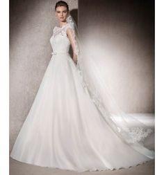 Vestido de novia en garza valentina con encaje chantilli y escote en pico a la espalda. Modelo Mireia colección San Patrick 2017
