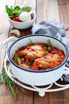 Gustoso #pollo cotto in tegame con salsa di #pomodoro #olive ed erbe #ricetta #cacciatora #chickenrecipes #ricettefacili