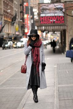 a40dbb023 Jessica R. is wearing an oversized burgundy scarf Looks De Inverno