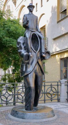 Republika Czeska - Praga. Pomnik Franza Kafki. Franz Kafka niemieckojęzyczny pisarz pochodzenia żydowskiego.Uważany za jednego z większych pisarzy świata, na pewno zaś jeden z największych pisarzy urodzonych w Pradze, żył w tym mieście prawie całe swoje krótkie życie. 120 lat po jego urodzinach 04.12.2003 r.odsłonięto jego pomnik.Stoi on pomiędzy kościołem św. Ducha a Synagogą Hiszpańską, w dawnej dzielnicy żydowskiej. Ma 3,75 metra wysokości i waży 700 kilogramów. Wykonany  jest z brązu.