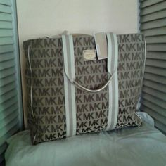 MICHAEL KORS TOTE Large Michael kors tote with 4 small inside pockets and 1 large zipper pocket Michael Kors Bags Totes