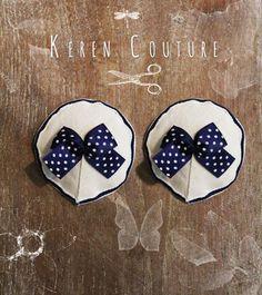 Paire de nippies en lin écru avec ruban blanc et bleu marine sur le tour et noeud bleu marine à poids blancs au centre. Doublé de voile de coton blanc. Entièrement cousu main. - 16370052
