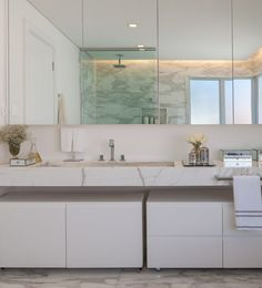banho casal chuveiro teto paredes brancas marmore carrara