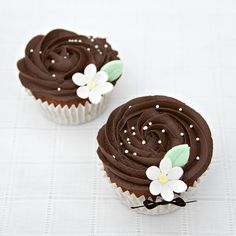 Cupcakes topped chocolate ganache and sugar flowers. (In Catalán and Spanish with translator on sidebar) Chocolate Ganache Cupcakes, Chocolate Roses, Chocolate Swirl, Rosette Cupcakes, Cupcake Cakes, Cup Cakes, Cupcake Toppers, Cupcake Pictures, Yummy Cupcakes