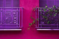 parede rosa e janela roxa