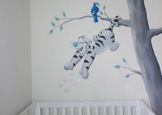 Muurschildering met Teigetje die sterren uitstrooit over het bedje. De vogel is een cartoonversie van de Blauwe Gaai. Gemaakt door BIM Muurschildering.  tigger painting nursery mural