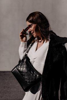 Die Modetrends für 2021 sagen uns bequeme Zeiten voraus und wir haben die Qual der Wahl. Sneaker für den Frühling gibt es viele – am Modeblog stelle ich dir die schönsten und ein Frühlingsoutfit vor. www.whoismocca.com Casual Chic Outfits, Elegant, Chanel Boy Bag, Outfit Of The Day, Interior, Beauty, Fashion, Outfit Ideas, Dressing Up