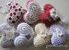 Маленькие подушечки-сердечки, связанные крючком, станут отличным подарком ко Дню Святого Валентина или просто так. Также их можно использовать как игольницу.