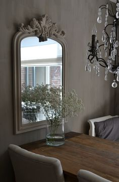 Grote moderne klassieke spiegel wit boven dressoir - Moderne entree decoratie ...