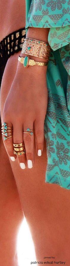 Anéis e pulseiras coloridas