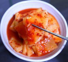 많은 분들이 설렁탕 집 깍두기 비법은 '사이다를 넣는 것' 이라고 알고 계시는데요. 단골 집 설렁탕 집 사장님께 조금 담궈 먹으려고 한다고 여쭤보니... 사이다를 넣는것이 아니라 특당인 뉴슈가를 넣는게 비법이.. Food L, Food Menu, Korean Dishes, Korean Food, How To Cook Liver, Brunch Table, Kimchi Recipe, Chicken Nuggets, Yams