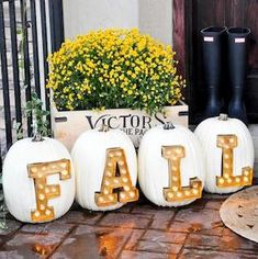 Need some fall porch decorating ideas? Here are 15 fall porch decorating ideas that are sure to inspire your fall decor! Thanksgiving Decorations, Seasonal Decor, Holiday Decor, Fall Decorations, Pumpkin Decorating, Fall Home Decor, Fall Harvest, Fall Halloween, Halloween Porch