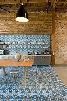 Portugese tegels op de vloer en de wand in de keuken.