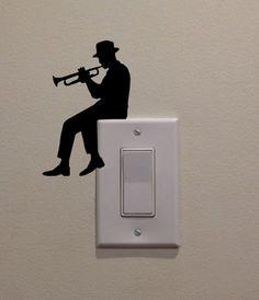 Hombre tocando la trompeta en el interruptor de la luz 475 x