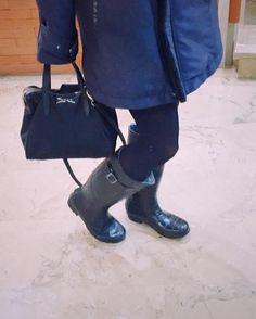 Hoy las saco a pasear por fin . . . . . . . #rain#murcia#storm#boots#rainboots #showers #bag#fashion#rainyday #umbrella#winter #saturday #ootd#look#lotd #vscocam #vsco #blue #blogger #fashion #igersoftheday