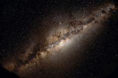 Realmente existe vida além da Terra? Os cientistas têm algumas razões para estarem otimistas. Por um lado, estima-se que há cerca de 100 bilhões de bilhões de planetas como a Terra em nosso univers…